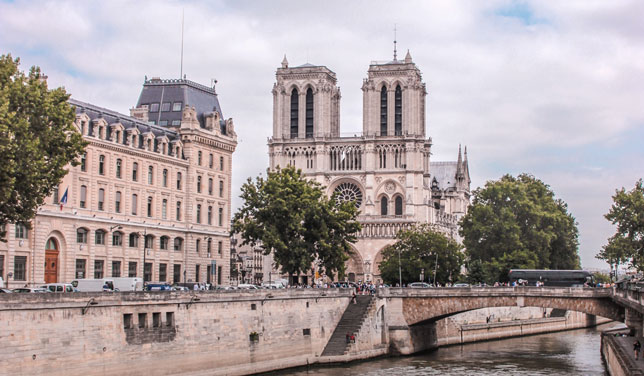 Vatra progutala monumentalno zdanje legendarne katedrale Notre Dame